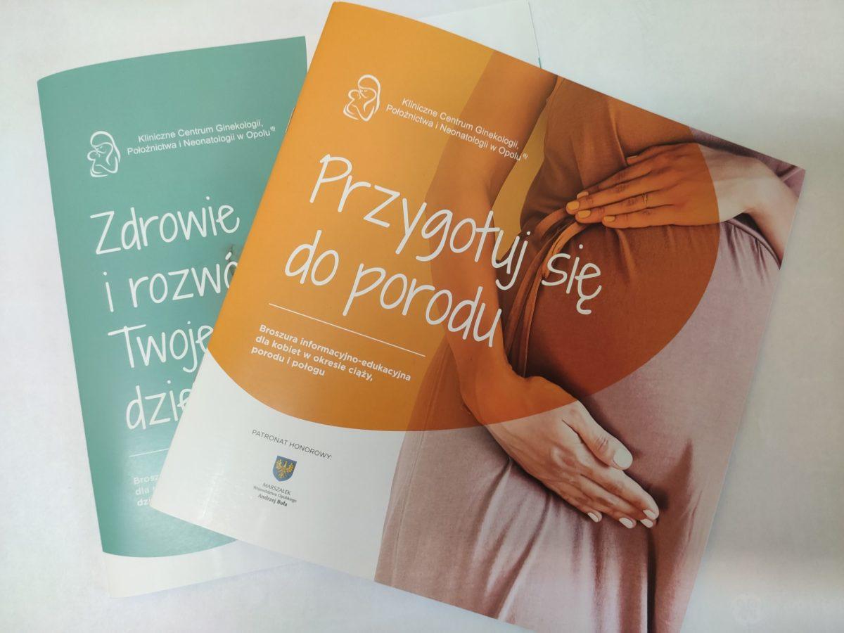 na zdjęciu broszury